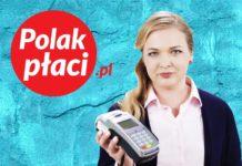 Dziewczyna trzyma terminal płatniczy
